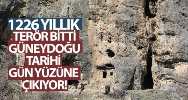 1226 Yıllık Kaya'ya Yapışık Dubleks Evler Görenleri Hayretler İçinde Bırakıyor